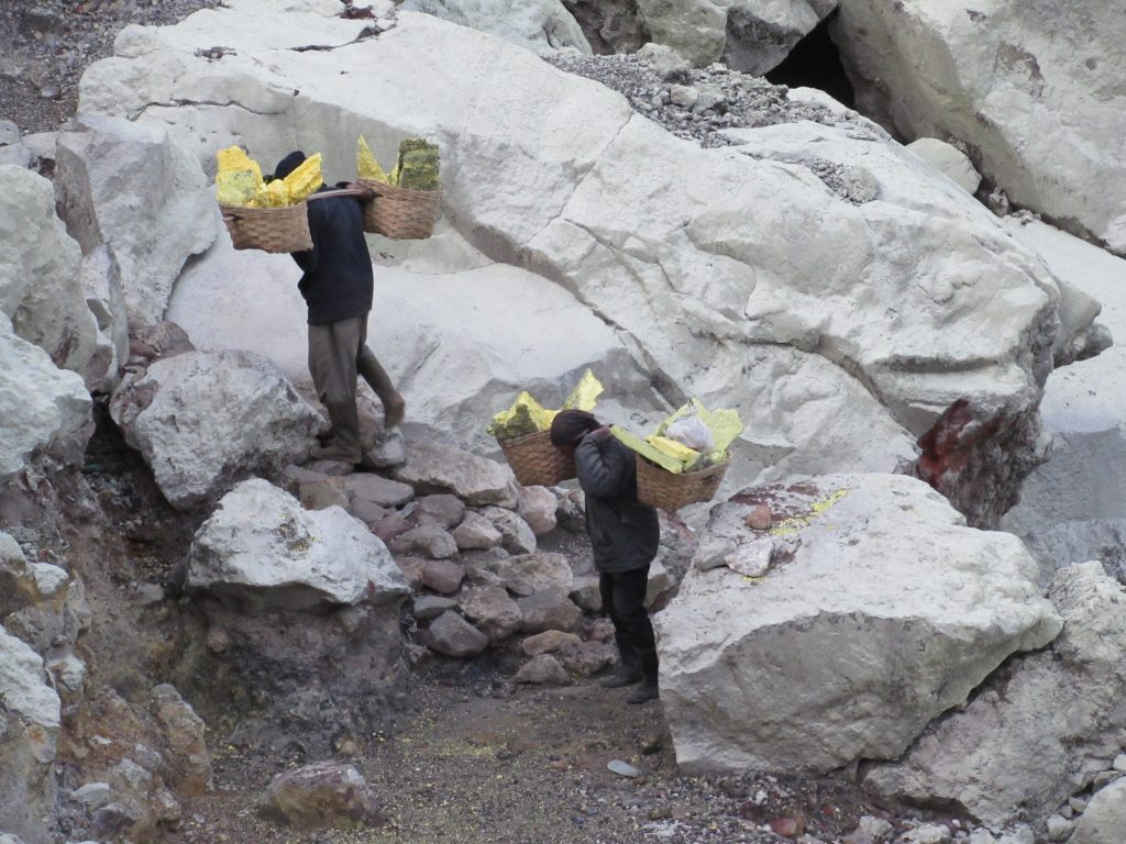 Mineros en el volcán Ije