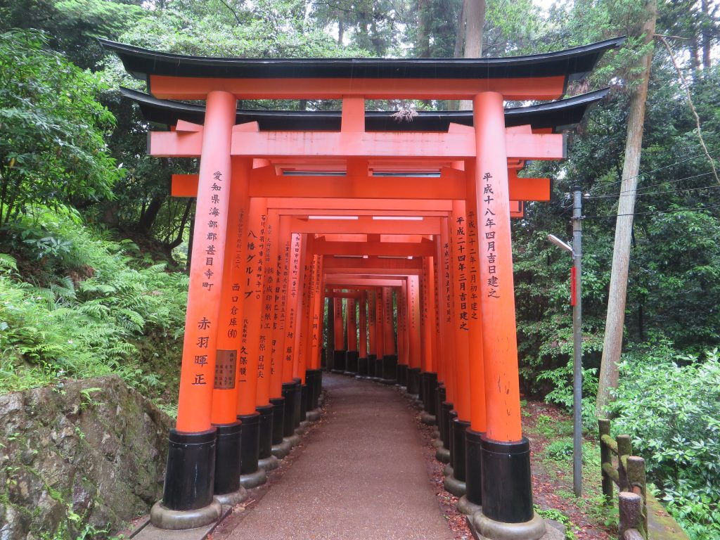 Entrada al túnel de toriis de Fushimi Inari