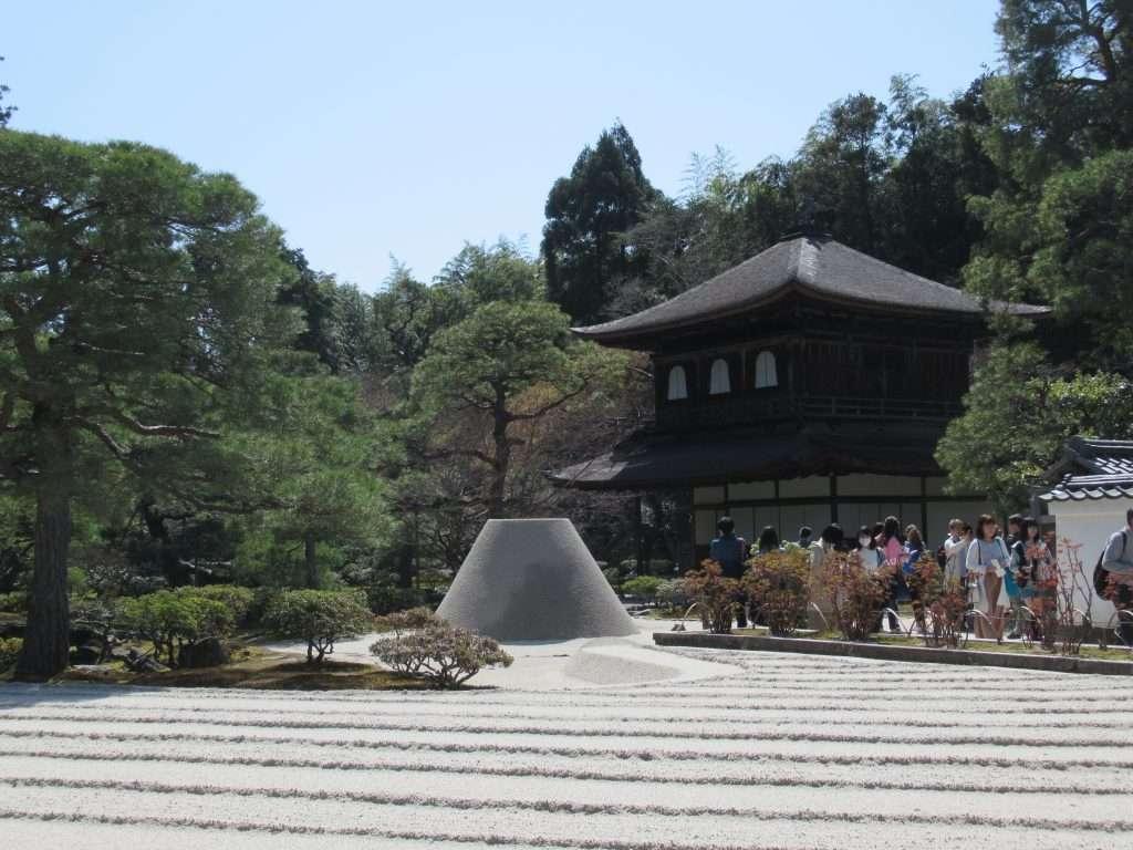 Templo de Ginkakuji con su jardín seco
