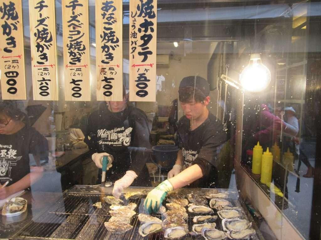 Ostras en puesto de la calle de Itsukushima