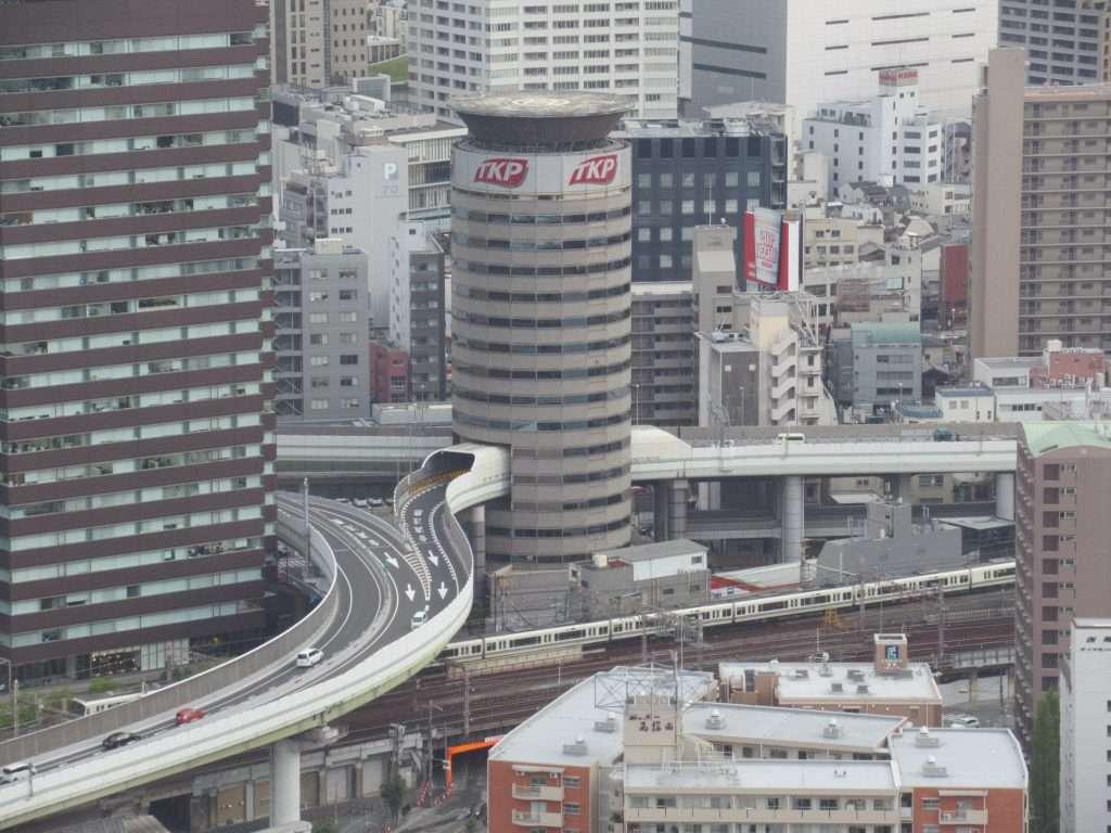 Gate Tiger Building con su autopista por el medio del edificio
