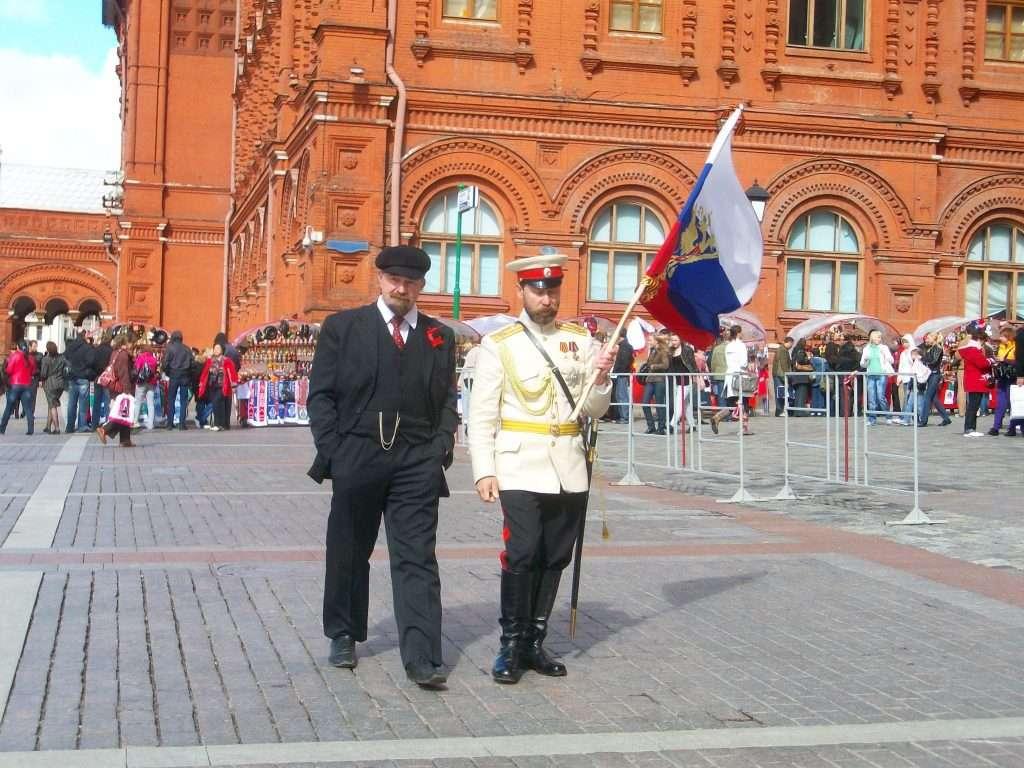 Curiosos personajes en la entrada a la plaza Roja