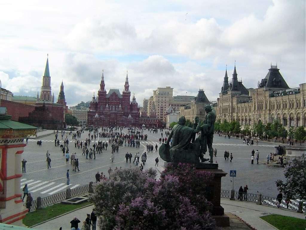 Vistas de la plaza Roja desde la puerta de la Catedral de San Basilio.