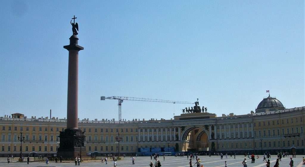 Plaza Dvortsovaya con la columna de Alejandro en el medio.