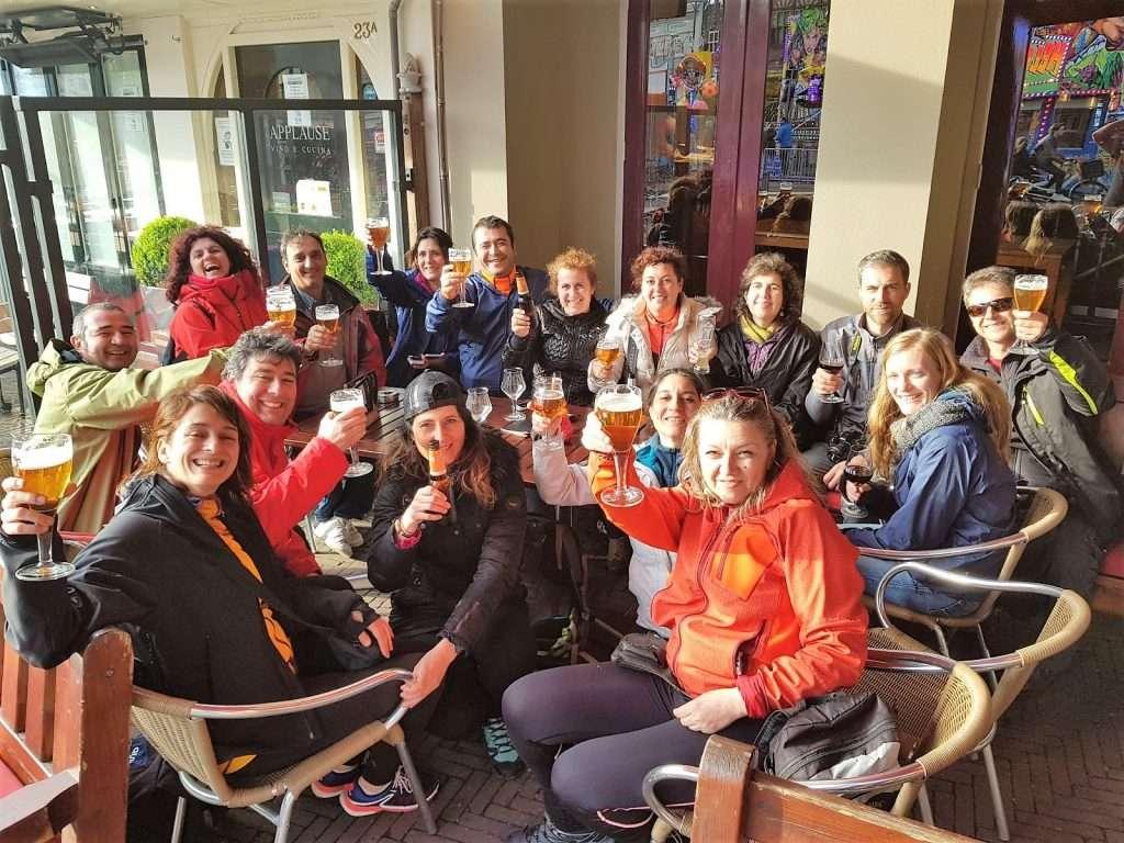 Todo el grupo tomando una cerveza en Haarlem