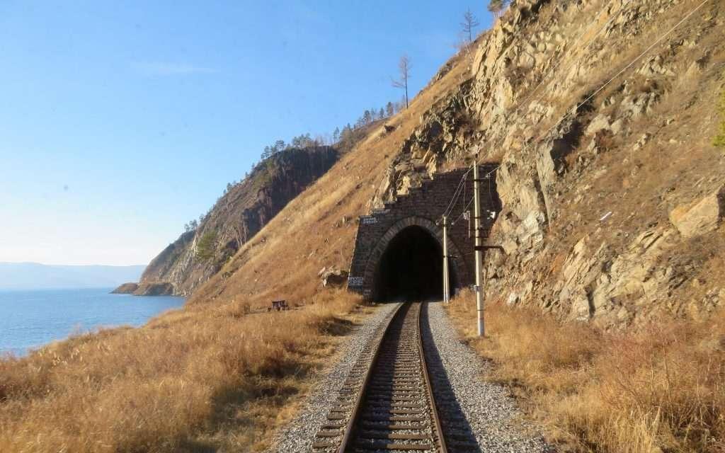 Linea Circumbaikal al lado del lago Baikal