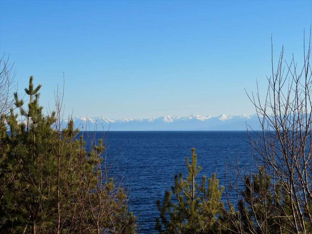 Lago Baikal con las montañas Kamar Davan que bordean su parte sur