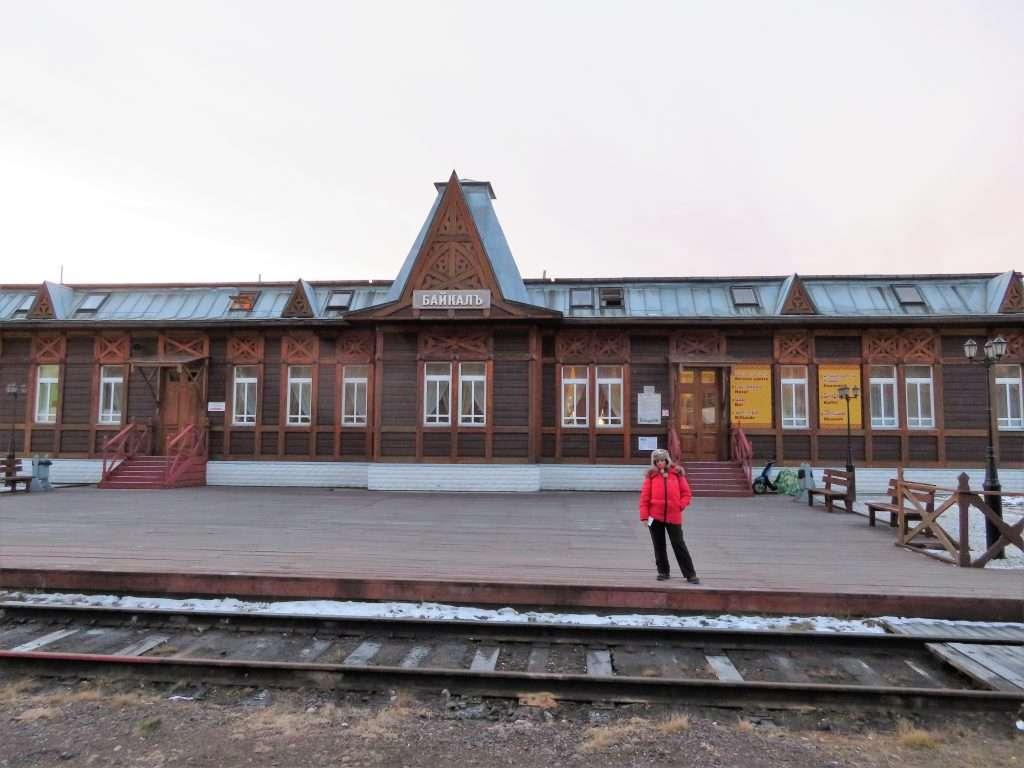 Estación de tren y habitaciones para dormir en Puerto Baikal
