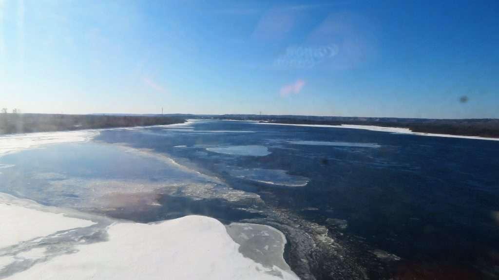 Río helado en Siberia