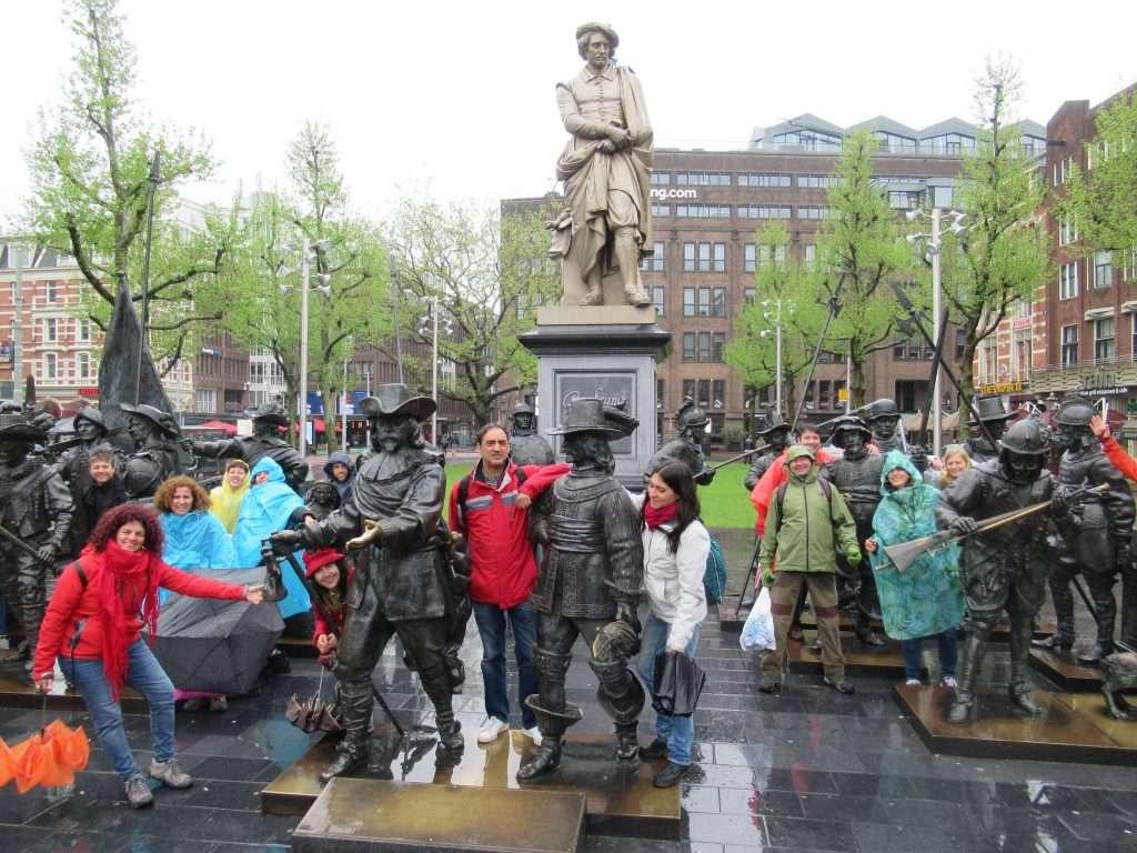 Plaza Rembrantplein, en medio del cuadro de la Ronda de la noche