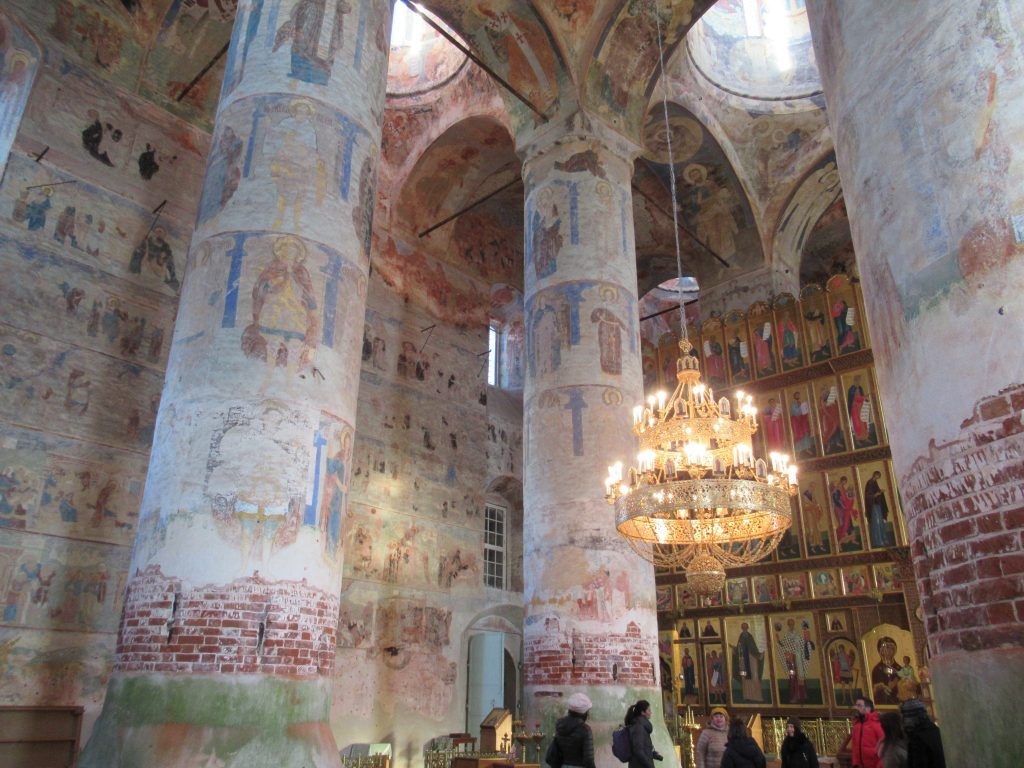 Interior del convento de Makarievo