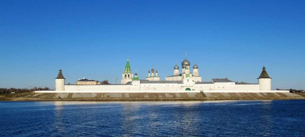 Vistas del convento Makarievo desde el ferry que cruza el Volga