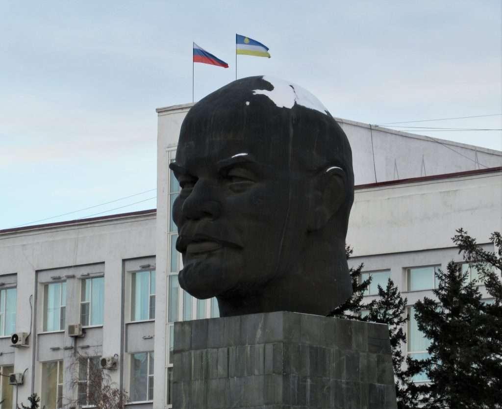 Plaza Sovietov con la cabeza de Lenin más grande que existe