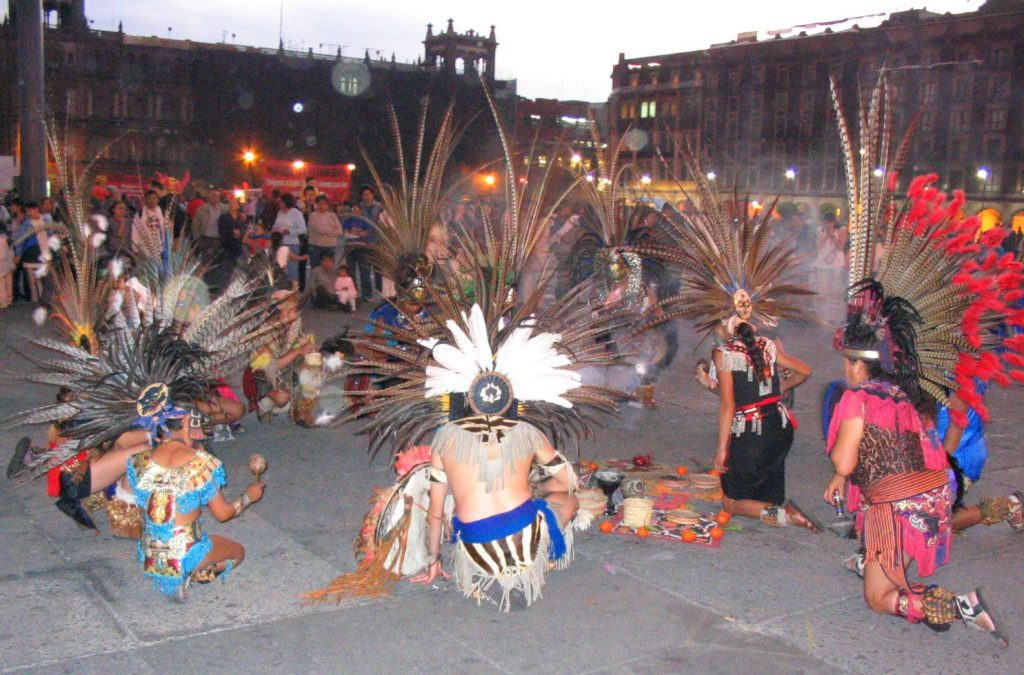 Grupo de bailarines concheros en el Zócalo