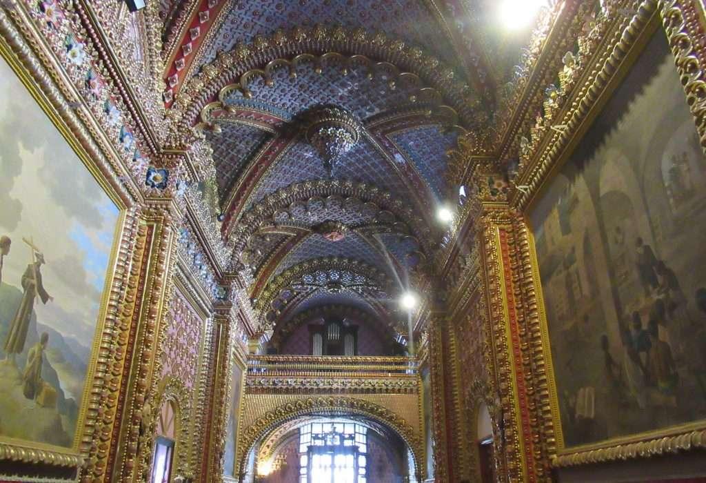 Interior de iglesia de Guadalupe en Morelia