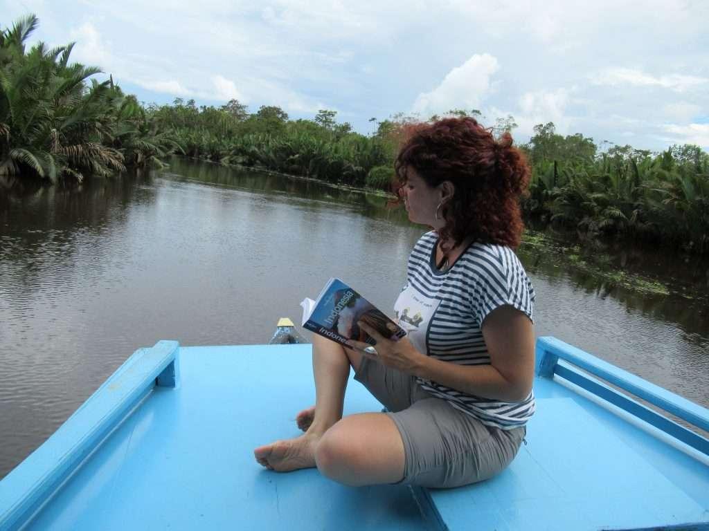 Leyendo por lo canales del parque Nacional Tanjung Puting