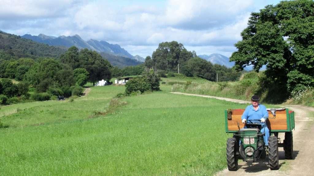 Asturias con los picos de Europa al fondo