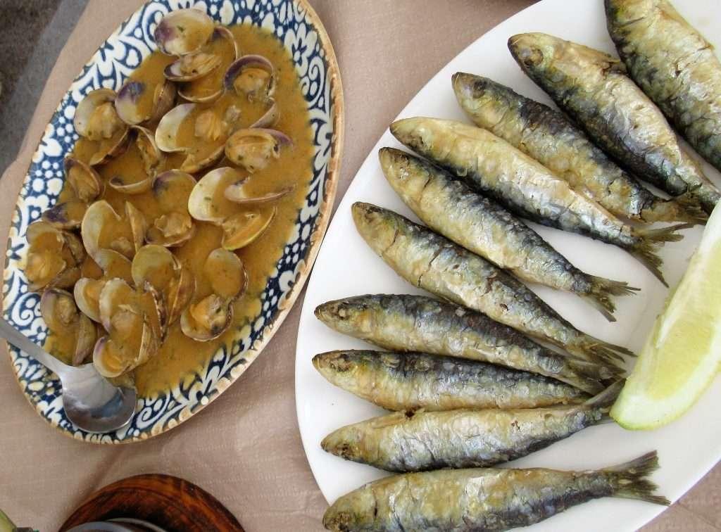 Almejas en salsa y sardinas