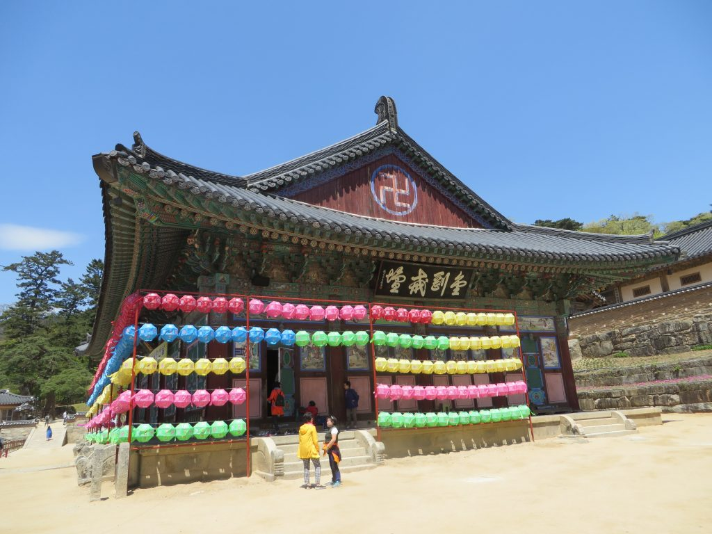 Templo de Haeinsa en Corea del Sur, con la cruz del budismo.